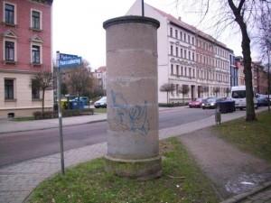 Von dieser Litfaßsäule an der Promenade / Ecke Parkstraße sind sogar die Plakate abgefallen.