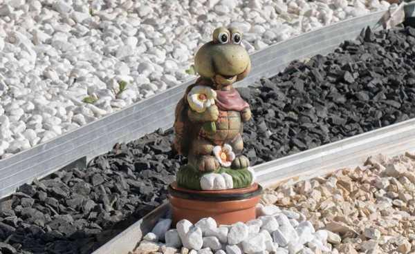 Sie wissen nicht wohin mit dem nützlichen Geschenk Ihrer Schwiegermutter? Wohl dem, der einen modernen Vorgarten hat. Das Fest des Friedens ist gerettet!