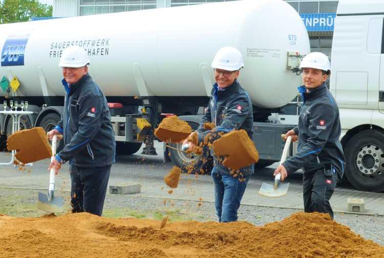 In Szene gesetzte Vererbungslehre mit drei Generationen Mut, Weitsicht und unternehmerischem Geschick: Klaus, Andreas und Max Frank (v.l.n.r.)