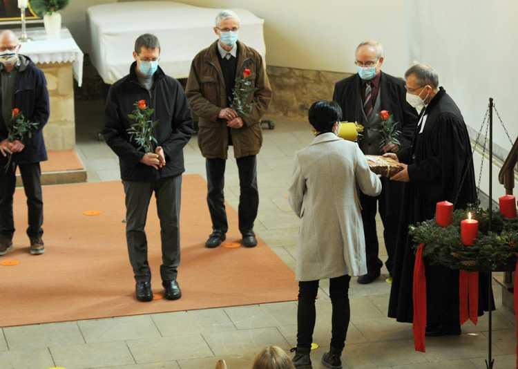 Uwe Lange (2.v.r.) wird nach 36 Jahren aus dem Kirchenvorstand verabschiedet.