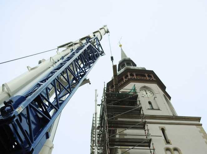 Per Kran wurden die 38 Einzelteile des neuen Glockenstuhls 22,5 Meter auf den Turm gehievt.