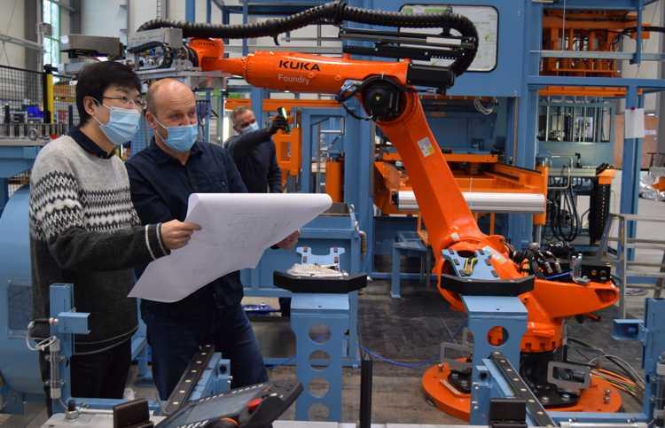 Neu-Markranstädter Xiang Ma und Ur-Markranstädter Matthias Haenel kontrollieren die Monatge der Anlage.