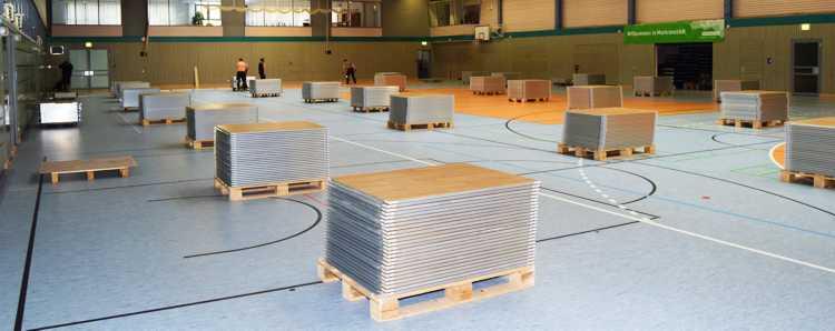 900 Platten für 1.152 Quadratmeter - fein säuberlich auf Paletten geliefert.