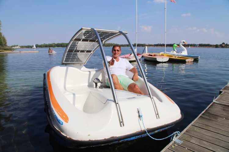 Ab aufs Wasser bei ab ans Ufer. Das Spektrum reicht von Elektrobooten über Kanus, Canadier, Tret- und Ruderboote, Segelboote und die Grillinsel bis hin zum Standup-Paddeln.