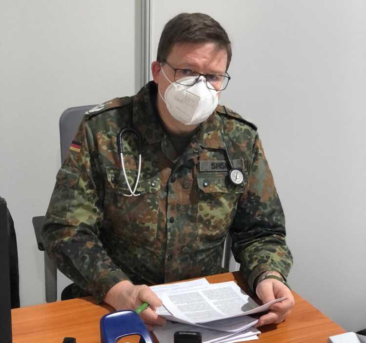 Der Nächste bitte! Oberfeldarzt Spiske mit Stethoskop statt Amtskette.