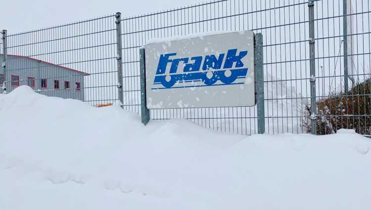 Frank Fahrzeugbau war im Frankenheimer Gewerbegebiet selber eingeschneit. Aber als der Hilferuf kam, ließen die Jungs alles stehen und liegen und rückten aus.
