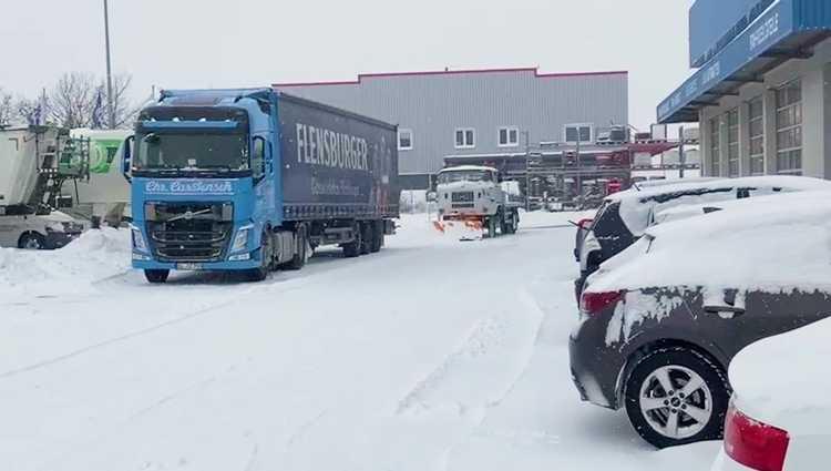 Weh-Fuffzich Ost rettet Biertransport aus Schleswig-Holstein und sichert die Versorgungslage in Ost-Elbien. Die Truppe von Frank Fahrzeuigbau ist unter Truckern und Spediteuren republikweit für ihre Solidarität und Hilfsbereitschaft bekannt.