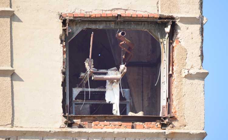 Diese Bresche in der Wand gestattet einen letzten Blick ins Innere des ruinösen Gemäuers.