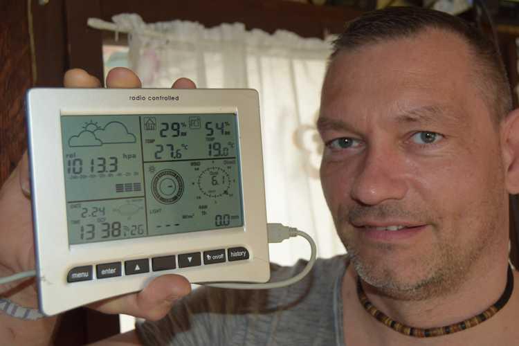 Die überall in der Wohnung und sogar in der Laube hängenden Displays zeigen die aktuellen Wetterdaten und dass die Anlage fehlerfrei läuft.