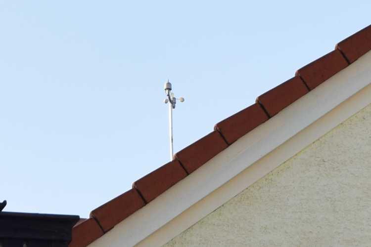 Früher ragte hier eine Antenne für den Westempfang aus dem Dach. Heute wird rund um die Uhr Wind gemessen.