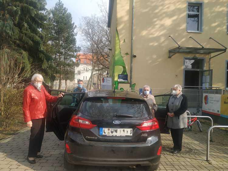 Micha Unverricht vom MGH fährt Frau Holick, Frau Lindner und Frau Kämmer zur zweiten Impfung ins ferne Borna.