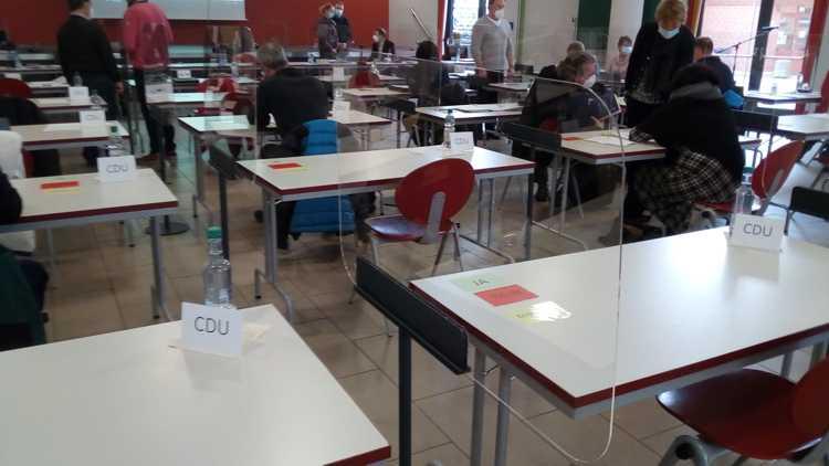 Totale Isolation oder Zweiklassengesellschaft? Im Gegensatz zu den Zuschauerplätzen sind die Sitze der Ratsleute jetzt durch kratz- und spucksichere Scheiben getrennt.
