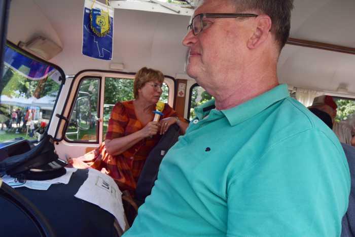 """""""Keine Angst: Sie müssen auf dieser Tour keine Rheumadecken kaufen!"""" Mit Reiseleiterin Beate Lehmann (Hintergrund) gings per Robur-Bus in die nördlichen Gefilde der Stadt."""