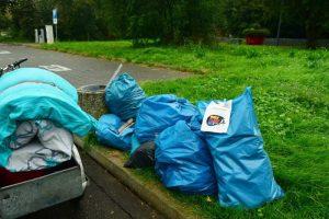 Stillleben mit Müll: Zwennies Matratze (links) ist am zentralen Sammelort angelangt.
