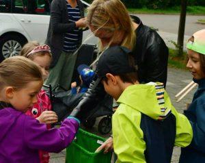 Das Schokoladenmädchen verteilt Hilfsgüter an junge Weltreinigungskräfte.